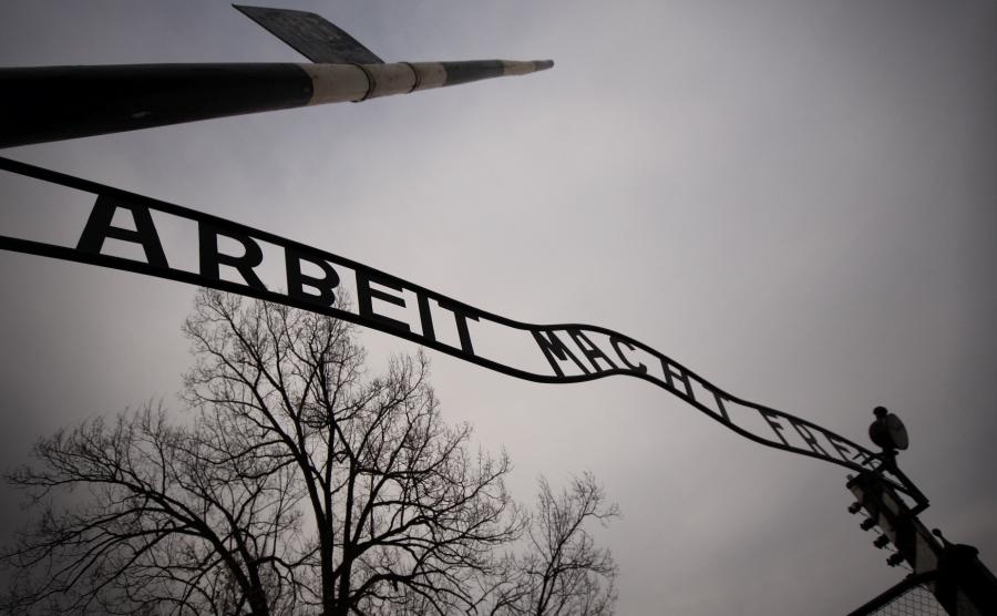Brama do byłego niemieckiego obozu koncentracyjnego KL Auschwitz z napisem Arbeit macht frei