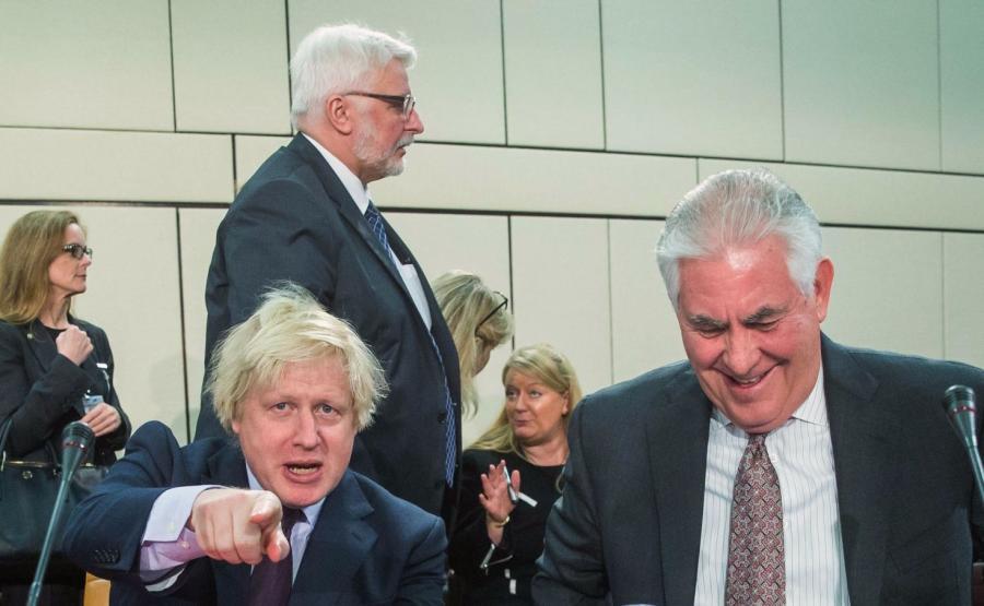 Amerykański sekretarz stanu Rex Tillerson (P), szef polskiego MSZ Witold Waszczykowski (C) oraz brytyjski minister spraw zagranicznych Boris Johnson w kwaterze NATO w Brukseli