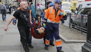Ratownicy i osba ranna w wybuchu