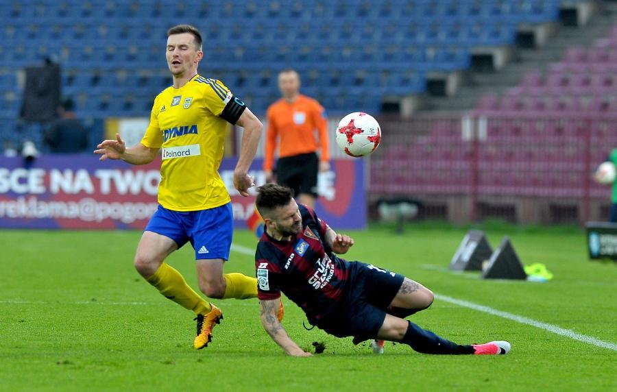 Piłkarz Pogoni Szczecin Spas Delew (P) i Miroslav Bozok (L) z Arki Gdynia