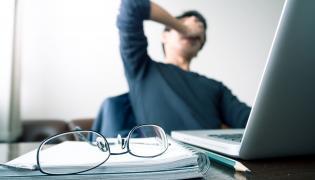 Mężczyzna pracuje przy komputerze