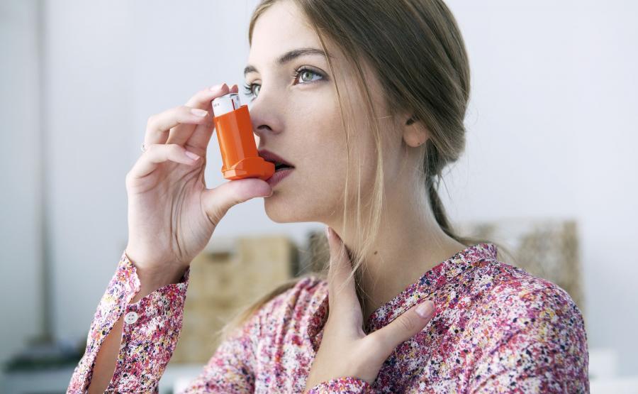 Kobieta używa inhalatora
