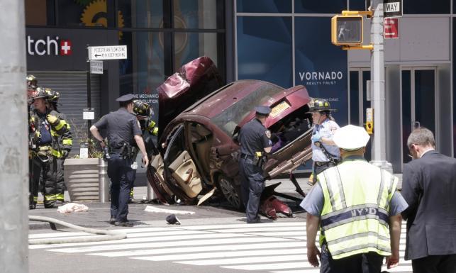 Rozpędzony samochód wjechał w pieszych w Nowym Jorku. Jedna osoba zginęła, 22 rannych [ZDJĘCIA]