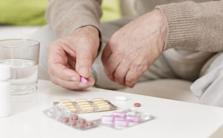 Starszy mężczyzna bierze leki