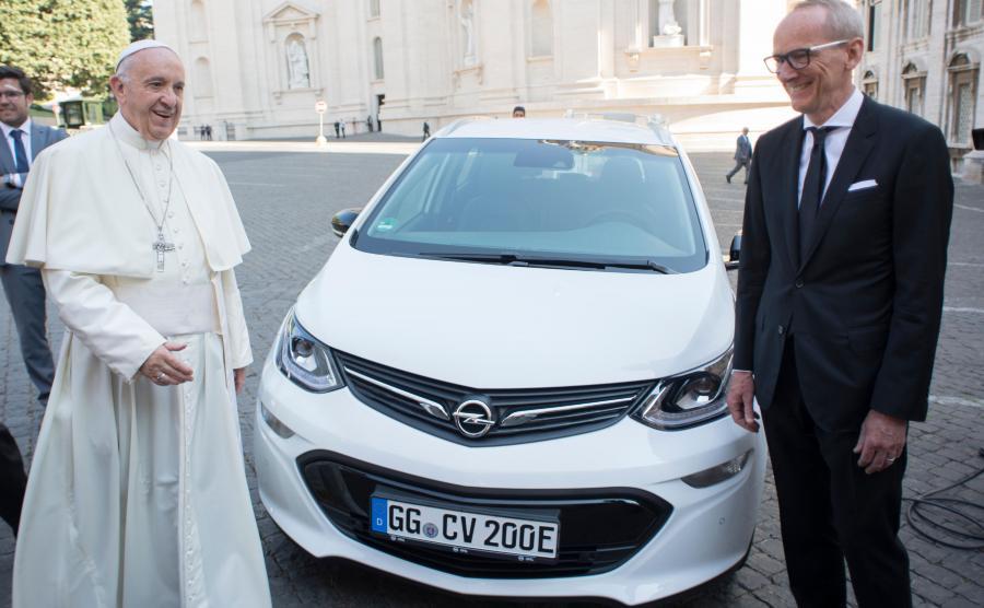 Dyrektor generalny Opla Karl-Thomas Neumann spotkał się z papieżem Franciszkiem i wręczył mu kluczyki do elektrycznej ampery-e