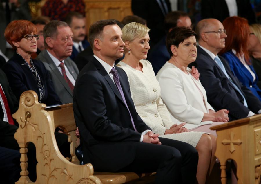 Prezydent Andrzej Duda (3L) z małżonką Agatą Kornhauser-Dudą (C) oraz premier Beata Szydło (3P), minister Elżbieta Rafalska (L) i minister Jan Szyszko (2L)