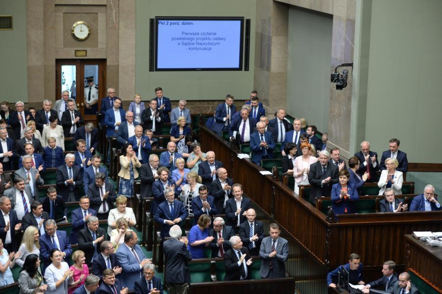 Posłowie PiS i przedstawiciele rządu po głosowaniu w Sejmie.