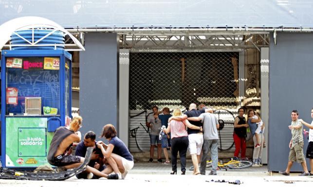 86ef323981efc Lokalne media informują też o wymianie ognia w pobliżu miejskiego  targowiska La Boqueria. Służby bezpieczeństwa wzywają do opuszczenia  miejsca zamachu na ...
