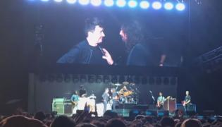 Rick Astley z Foo Fighters na scenie