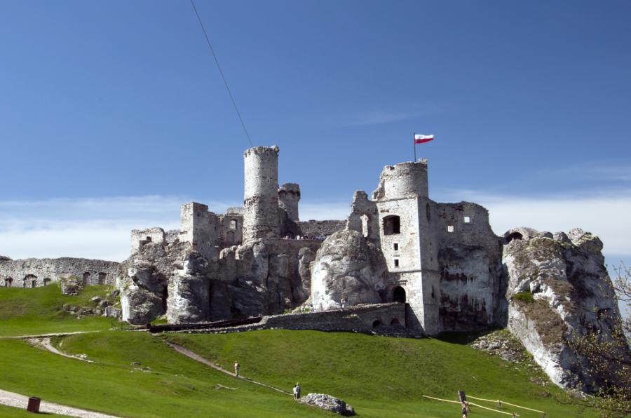 7. Ogrodzieniec Początki Zamku Ogrodzieniec sięgają czasów panowania Piastów. Znajduje się on (a jakżeby inaczej) na Szlaku Orlich Gniazd, wzniesionego do łatwiejszej obrony południowych granic. Niesamowity, największy na Jurze Krakowsko-Częstochowskiej zamek przyciąga tłumy turystów – często wskazywany jako najpiękniejszy obiekt tego terenu. Pamiętaj, szczególnie w sezonie zimowym, że budowlę można zwiedzać jedynie przy sprzyjających warunkach pogodowych, bez oblodzeń, śniegu lub deszczu. I jeszcze drobna wskazówka lokalizacyjna: zamek znajduje się w Podzamczu, a nie w miejscowości Ogrodzieniec. Warto wspomnieć o romantycznym akcencie związanym z tym miejscem – podobno Jan Sobieski pisał listy do swojej ukochanej Marysieńki, gdy stacjonował pod Ogrodzieńcem ze swoimi żołnierzami.