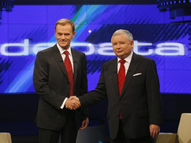 Tym razem musieli rozmawiać. Debata telewizyjna: Tusk-Kaczyński 12 października 2007 roku miała podobno zdecydować o wyniku wyborów. Kaczyński miał być przeziębiony, zdekoncentrowany, speszony krzykami platformerskiej publiczności w telewizyjnym studio i tym, że nie mógł wyciągnąć z kieszeni etui z okularami. Tak tworzy się historia  Z pewnością jednak przyczyn wyborczej porażki było więcej.