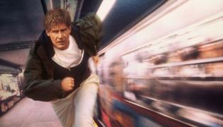 "Pamiętny kadr z filmu ""Ścigany"" z Harrisonem Fordem"