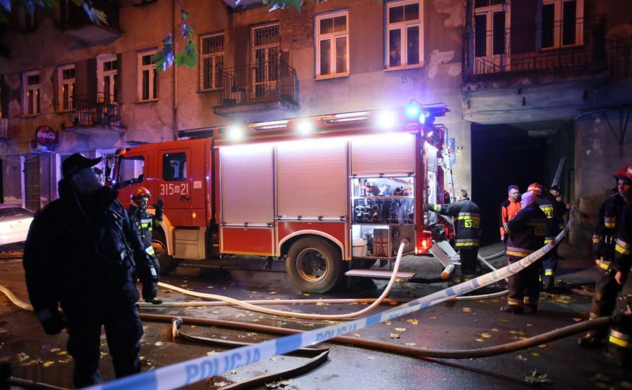 Strażacy podczas nocnej akcji po wybuchu gazu i pożarze w kamienicy przy ul. Siedleckiej