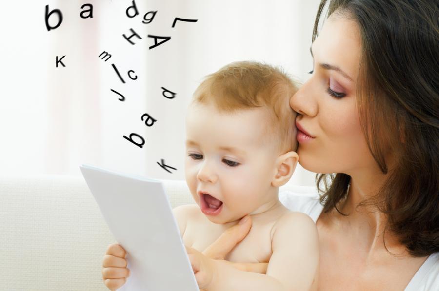 Matka uczy dziecko mówić