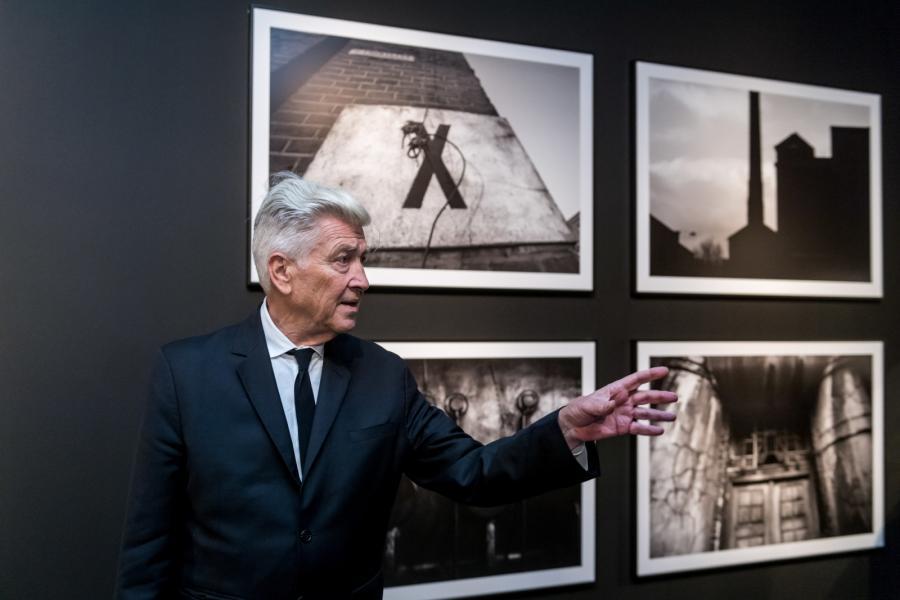 David Lynch na wystawie swych obrazów w Toruniu