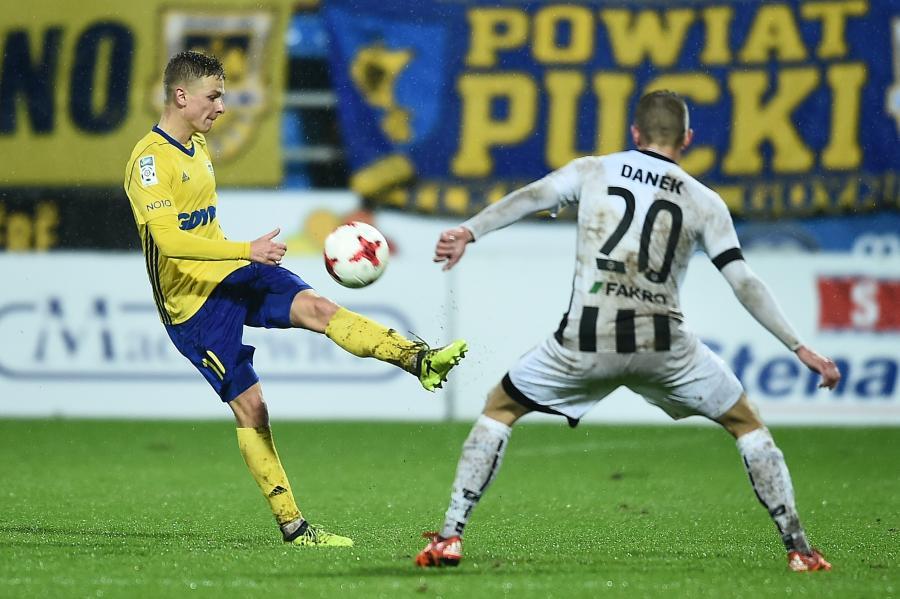 Piłkarz Arki Gdynia Mateusz Szwoch (L) i Adrian Danek (P) z Sandecji Nowy Sącz