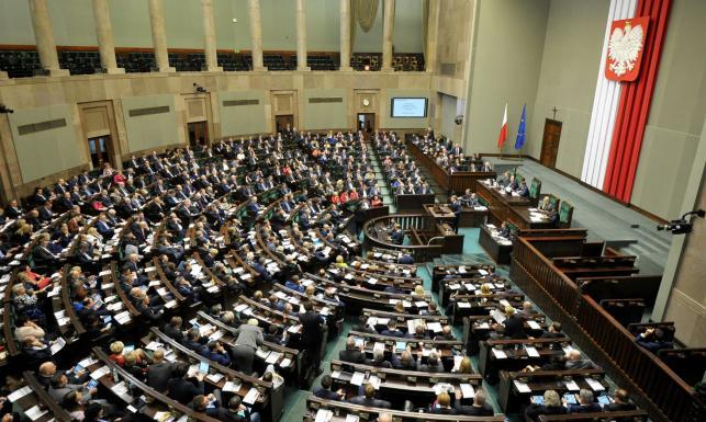 Posłowie uchwalili prezydencką ustawę o SN. Wcześniej bardzo burzliwe posiedzenie Sejmu