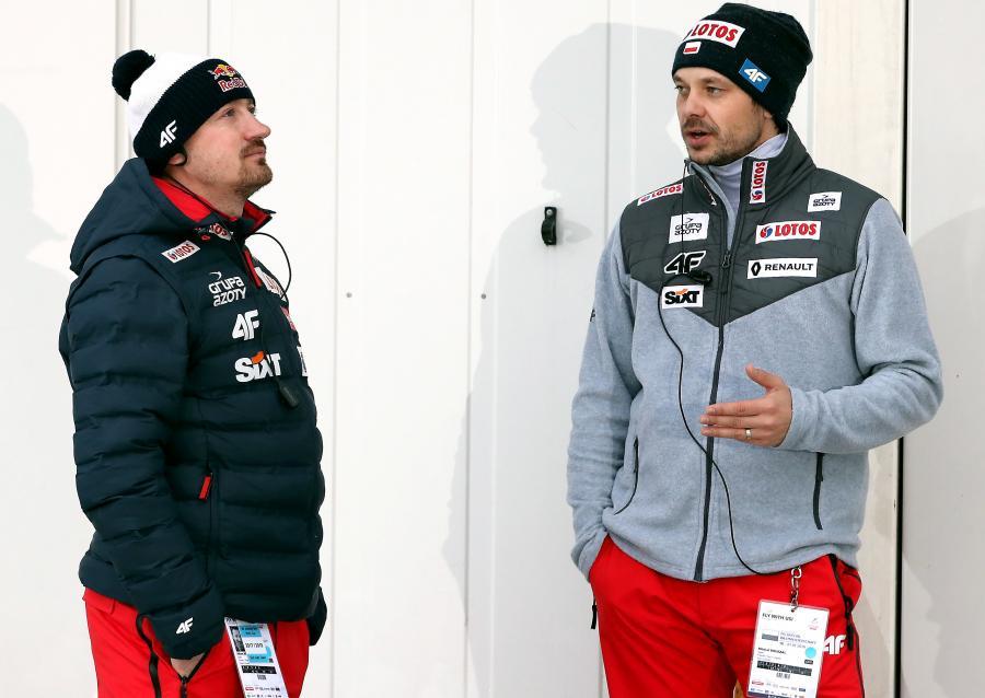 Dyrektor sportowy PZN Adam Małysz (L) i odpowiedzialny za sprzęt w kadrze Michal Dolezal (P)