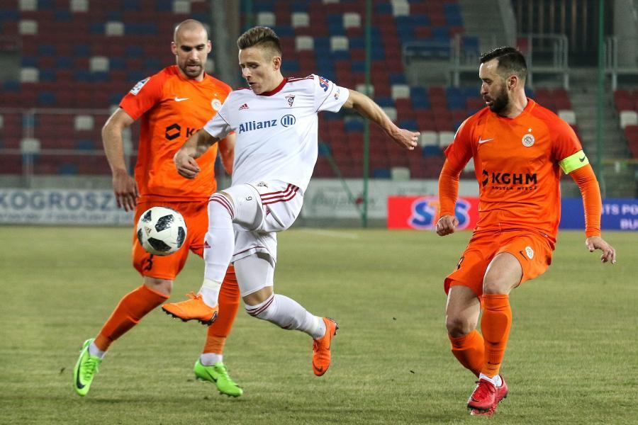 Piłkarz Górnika Zabrze Damian Kądzior (C) oraz Sasa Balic (L) i Lubomir Guldan (P) z KGHM Zagłębia Lubin