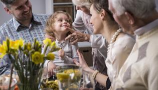 Rodzina przy świątecznym stole