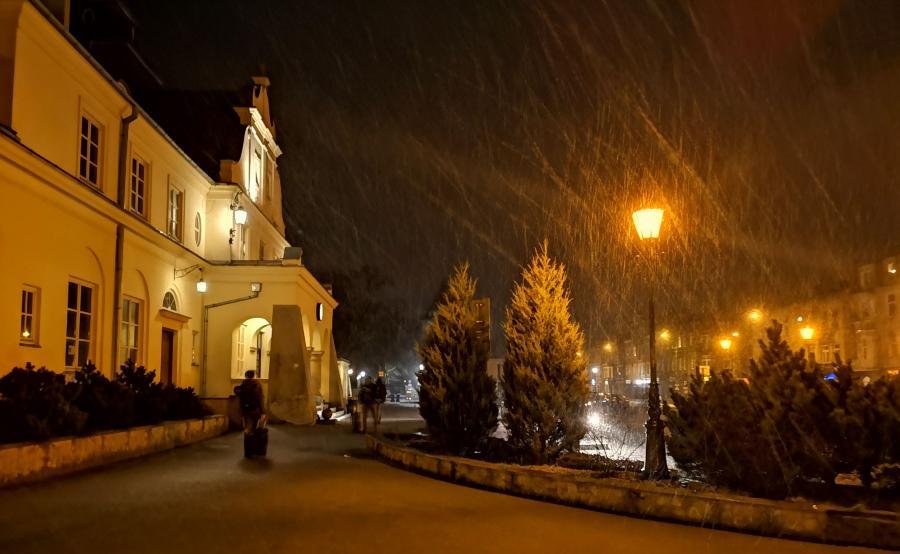 Stacja kolejowa w Żyrardowie podczas opadów śniegu. P20 Pro, tryb nocny
