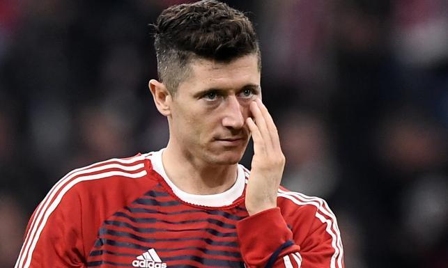 Lewandowski z podbitym okiem. Zobacz, jak Polak został sponiewierany w meczu Ligi Mistrzów