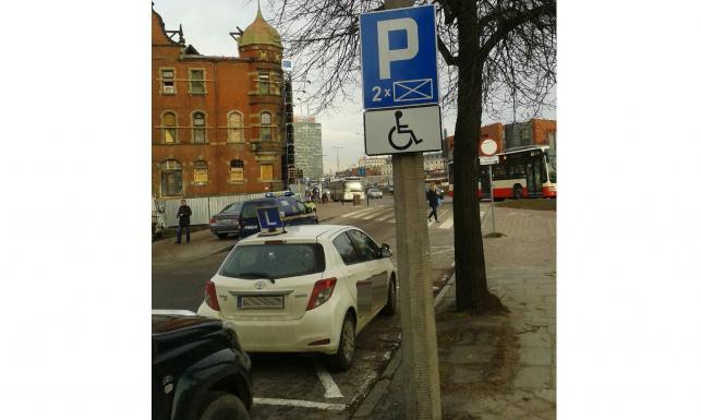Mistrzowie parkowania znad Wisły. Czasem nawet straży miejskiej opada szczęka [ZDJĘCIA]