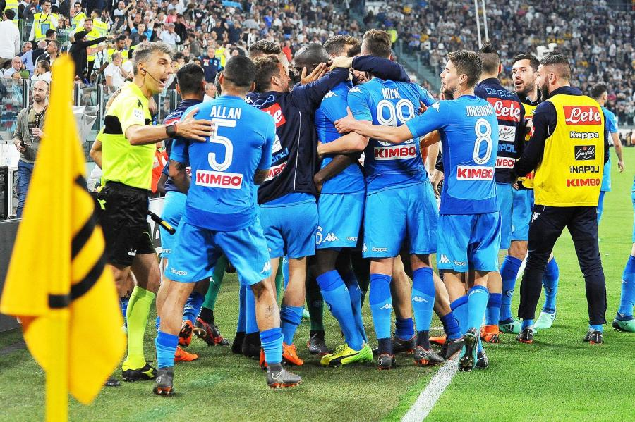 Radość piłkarzy Napoli po strzeleniu gola w meczu z Juventusem