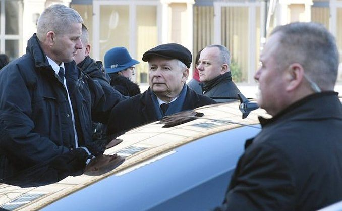 Jarosław Kaczyński w otoczeniu ochroniarzy