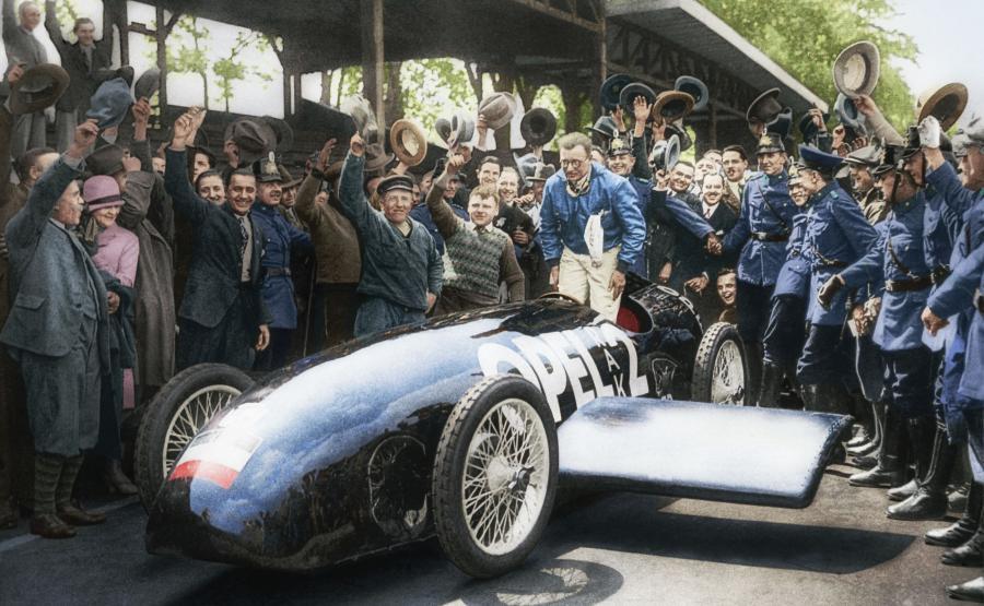 Fritz von Opel za kierownicą RAK 2. Niemiecki producent samochodów przerobił, bazujące na historycznych wydarzeniach, oryginalne czarno-białe zdjęcie z 1928 roku, aby uczcić 90. rocznicę rekordowego przejazdu