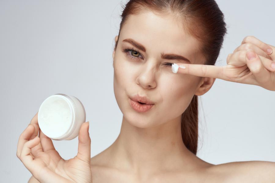 Kobieta testuje krem do twarzy