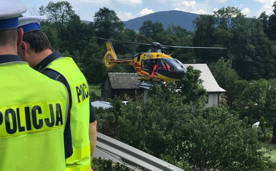W transportowaniu rannych do szpitali uczestniczy pięć śmigłowców LPR i jeden wojskowy oraz karetki