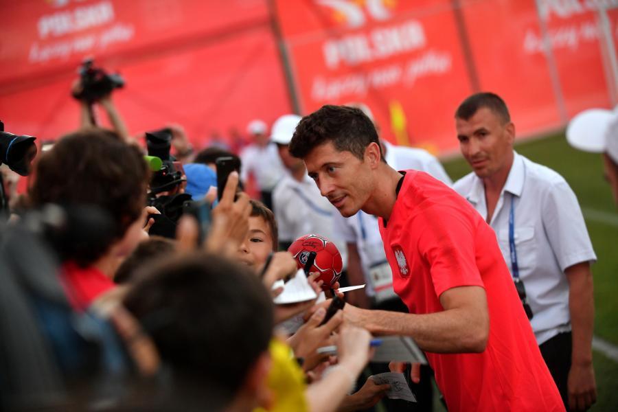 Robert Lewandowski rozdaje autografy po treningu kadry w Soczi