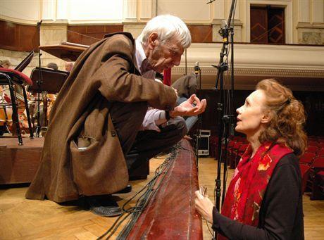 Dyrygent Reinbert de Leeuw w rozmowie z kompozytork1 Kaija Saariaho po próbie wykonania jej utworu \