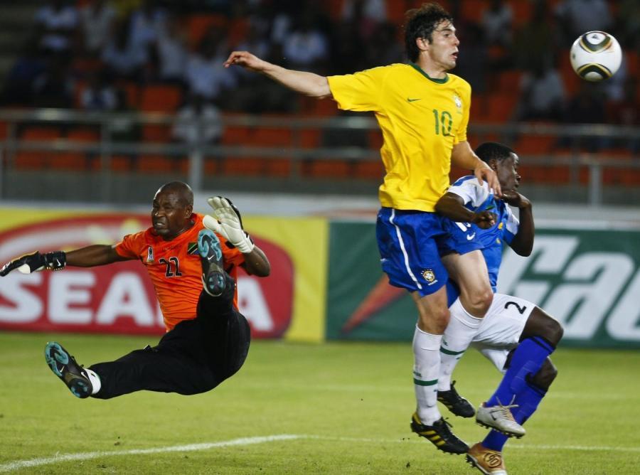 Brazylijczyk Kaka walczy o piłkę w trakcie meczy Brazylia - Tanzania