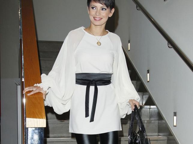 Dorota Gardias w klasycznym black&white: biała tunika i błyszczące legginsy