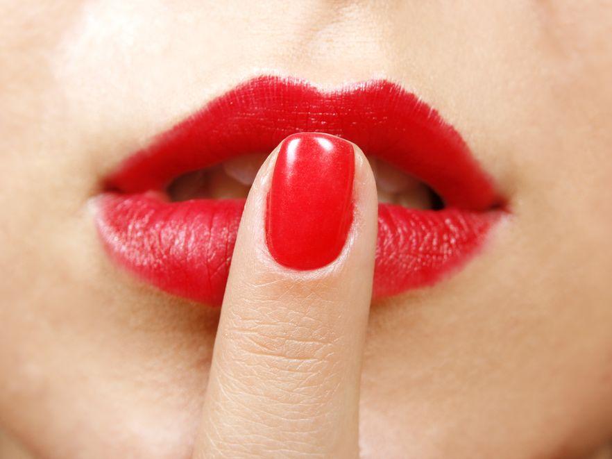 Kampania przeciwko całusom na powitanie w miejscu pracy