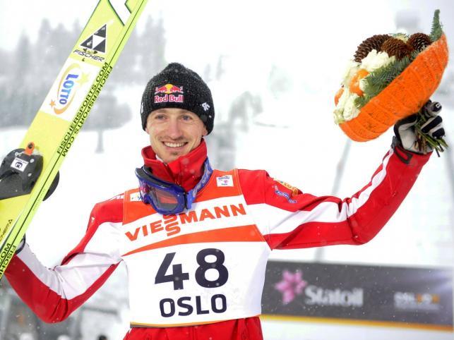 Adam Małysz cieszy się z brązowego medalu