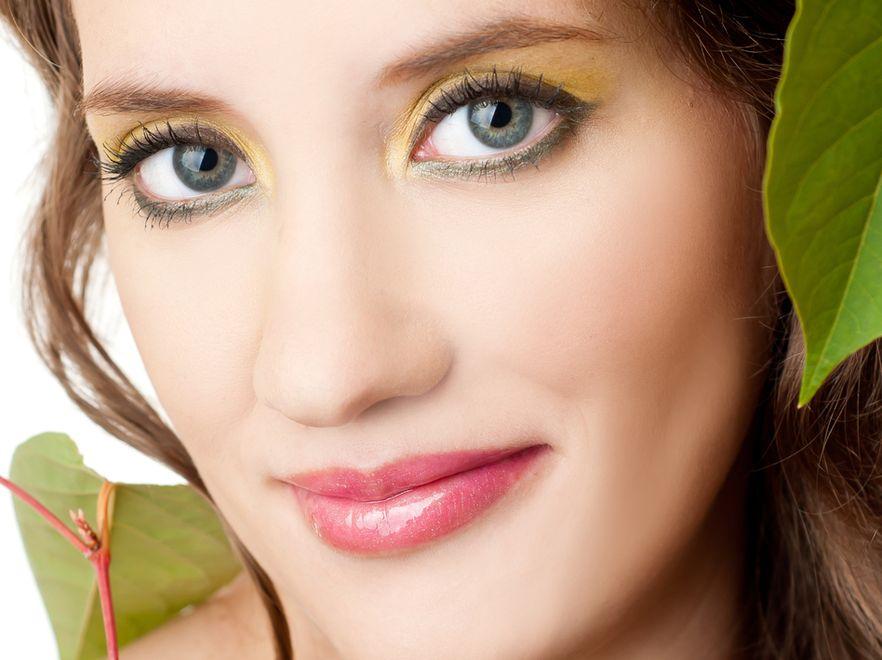 Kobieta w delikatnym makijażu