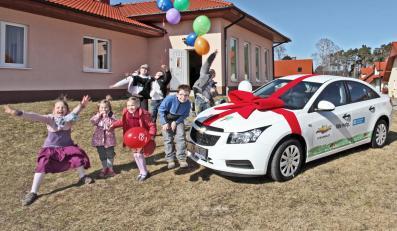 Chevrolet przekazał stowarzyszeniu SOS Wioski Dziecięce w Karlinie klucze do chevroleta cruze…