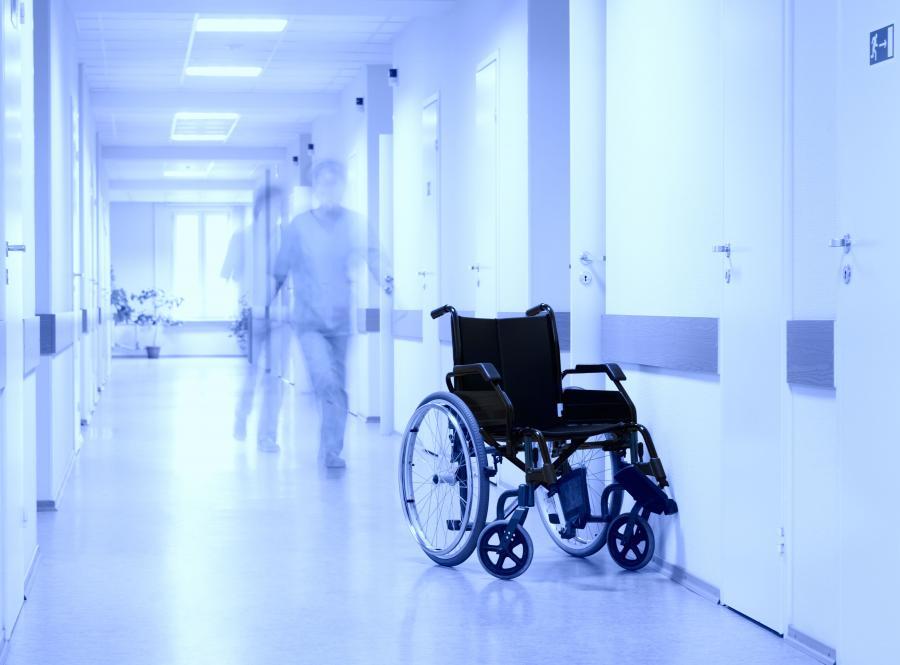 szpital korytarz wózek