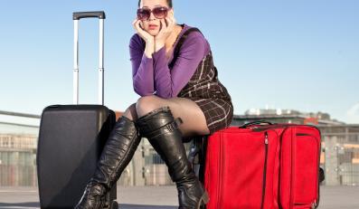 Kobieta siedząca na walizkach
