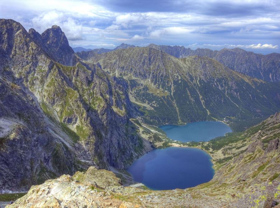 W Tatrach panuje pogoda zachęcająca do wędrówek, ale w wyższych partiach wciąż jest ślisko i leży stary śnieg