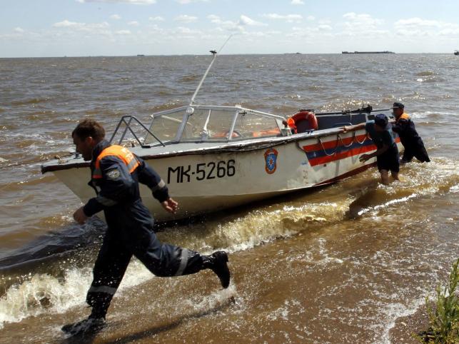 Ratownicy przygotowują łódź do akcj na Wołdze