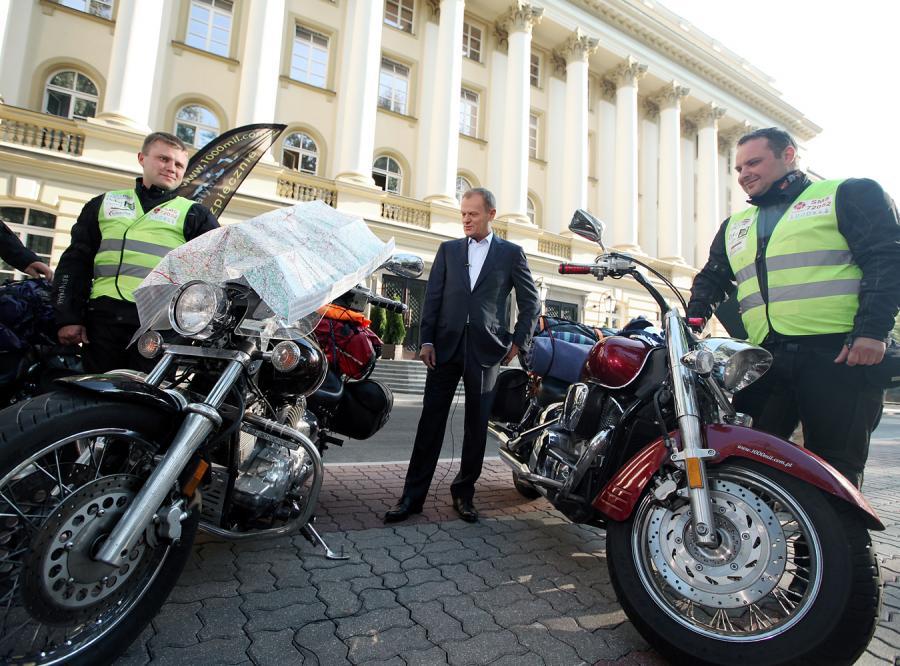 Premier Donald Tusk spotkał się z trzema motocyklistami z Łodzi, którzy wyruszyli w podróż po Polsce, by zbierać pieniądze na rehabilitację dwójki małych dzieci: Ali i Cypriana