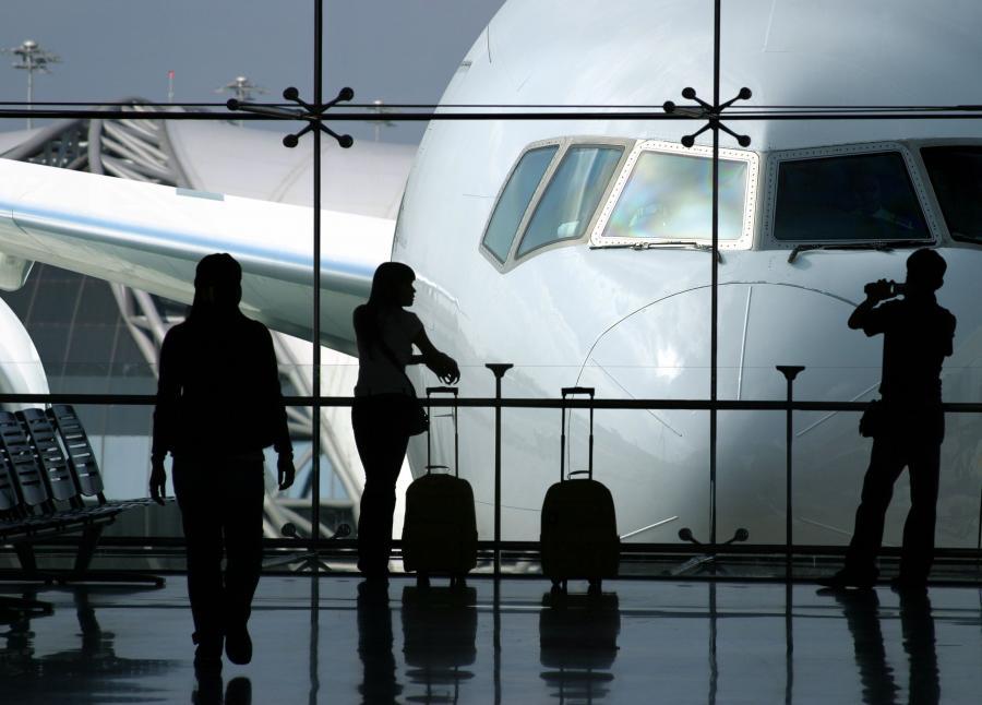 Ludzie czekający na lotnisku