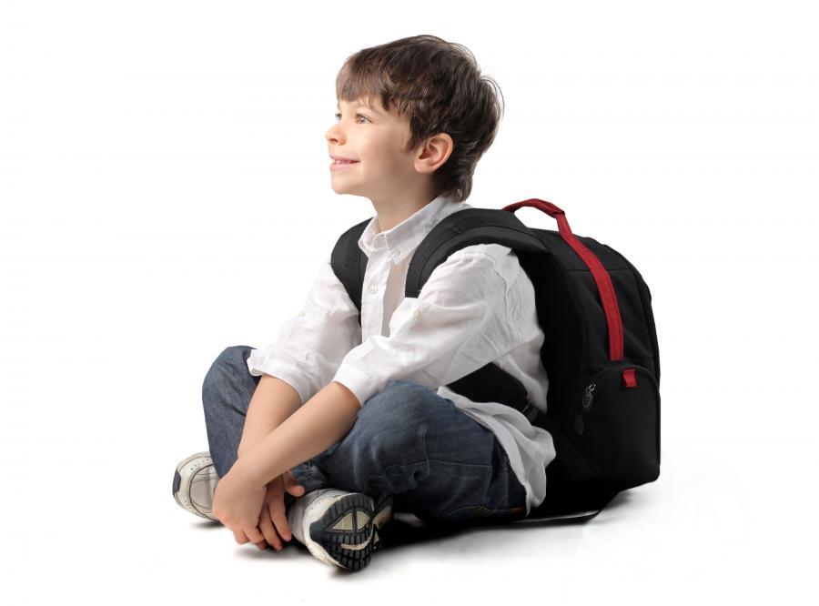 Dziecko ze szkolnym plecakiem - zdjęcie ilustracyjne