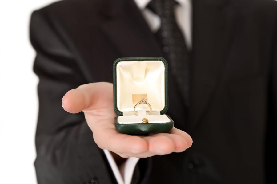 Pierścionek zaręczynowy ma ogromną wartość sentymentalną, czy jego wartość materialna jest dla kobiety równie istotna?