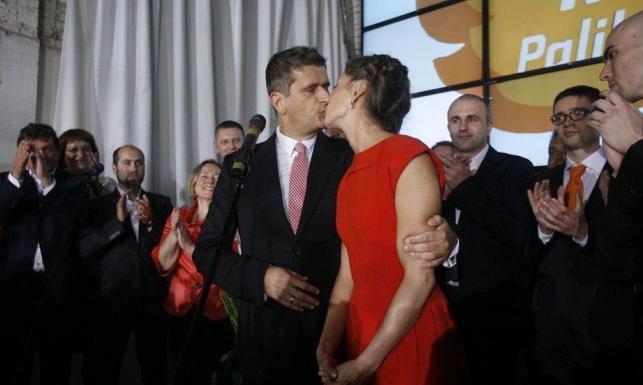 Janusz Palikot całuje żonę