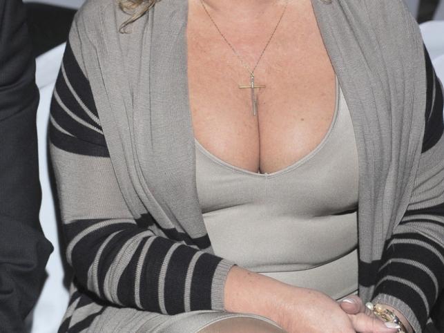 Ten imponujący biust należy do dojrzałej kobiety.